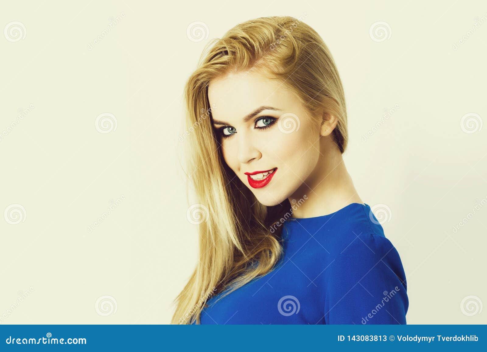 Blondynka lub uśmiechnięta kobieta z modnym makeup