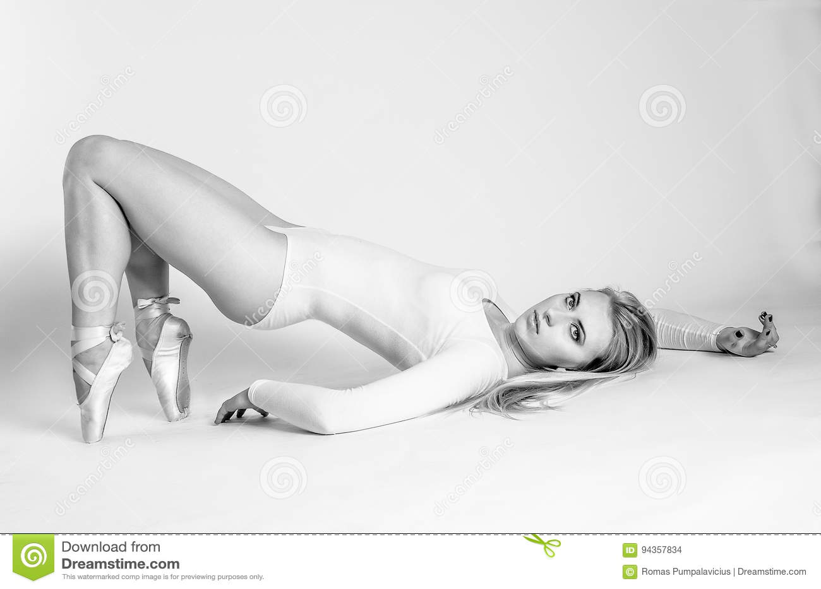 Blondynka tancerz, balerina na popielatym tle