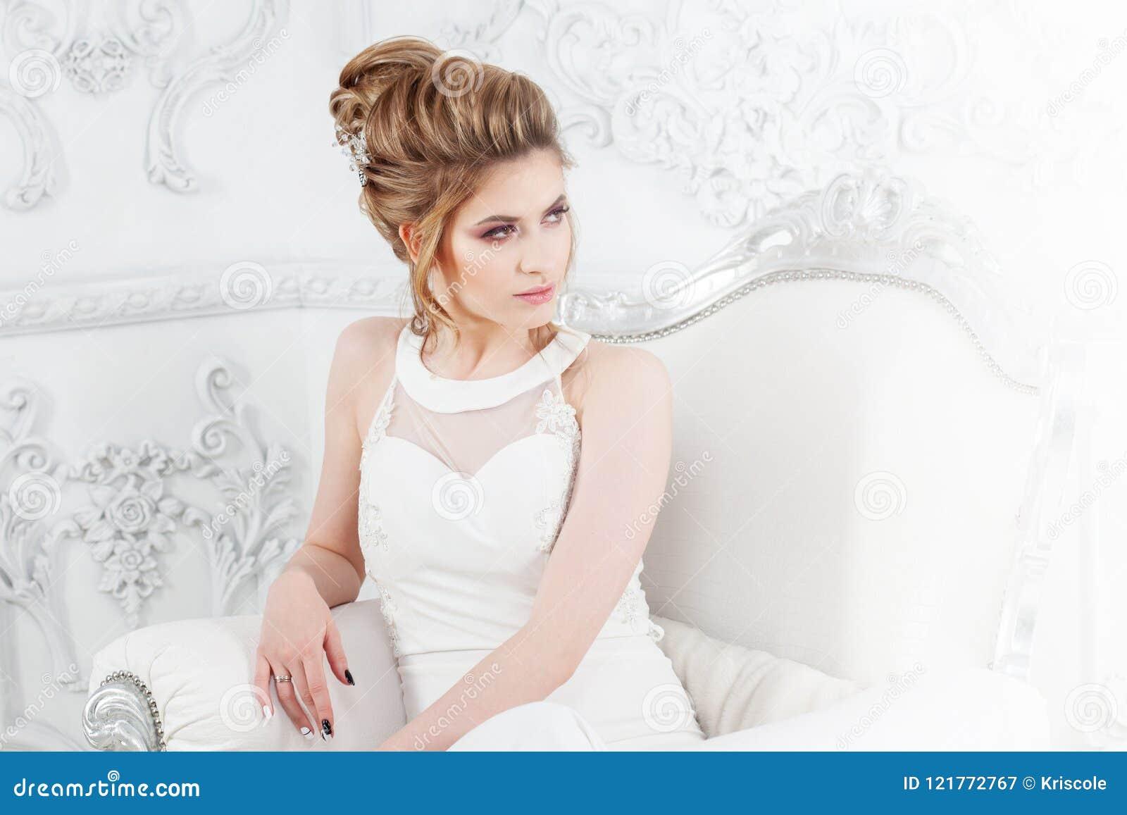 Blondynki biała kobieta smokingowego mody modela stylu parasolowa ślubna biała kobieta Piękny młody panny młodej obsiadanie w luk