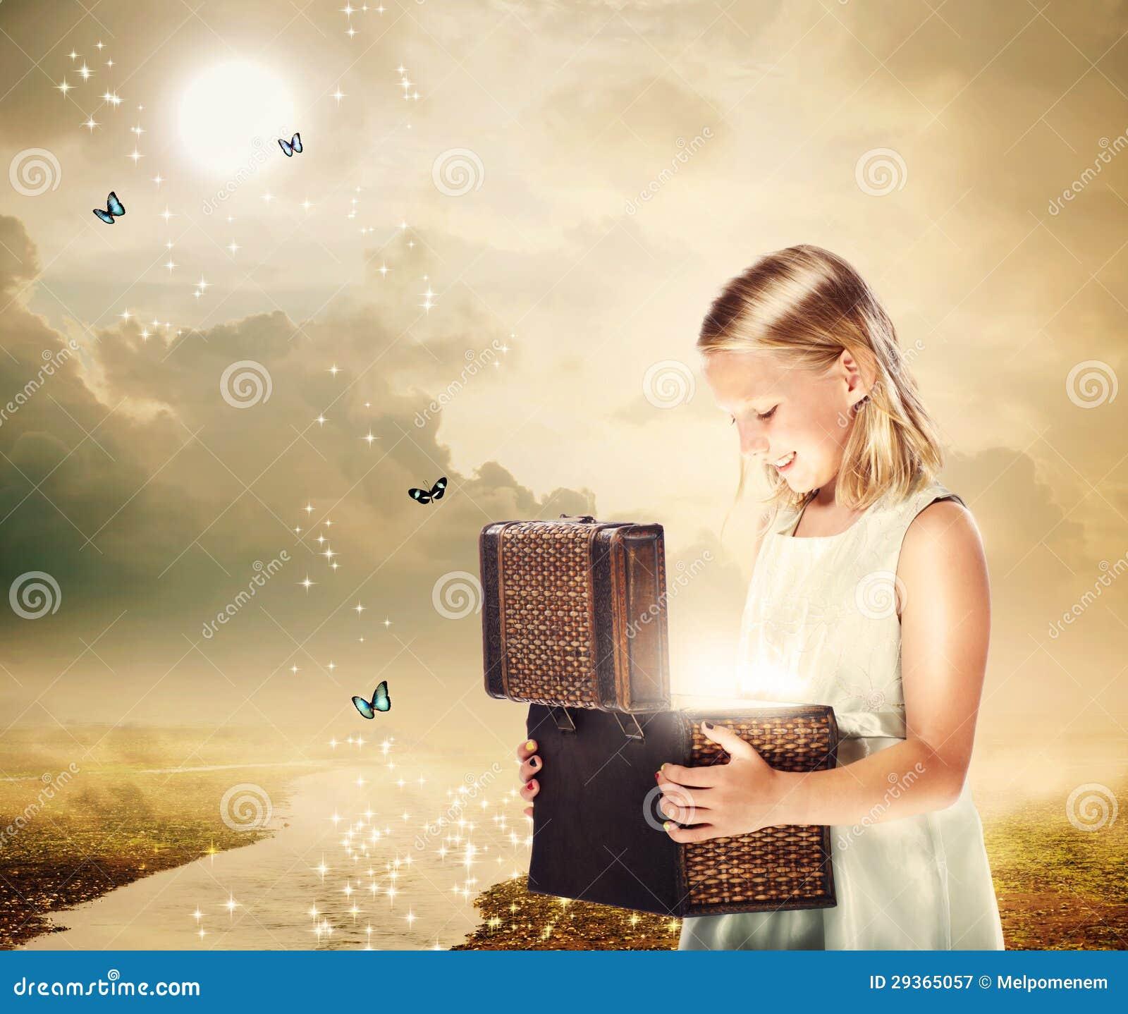 Blondynki dziewczyna Otwiera skarbu pudełko
