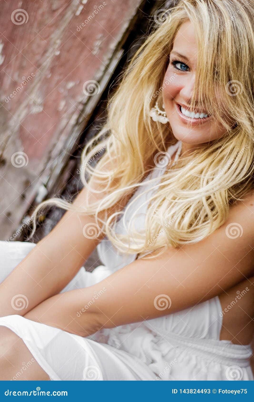 Blondynki dziewczyny kobieta ubierał jako Rolny kraj lub Cowgirl