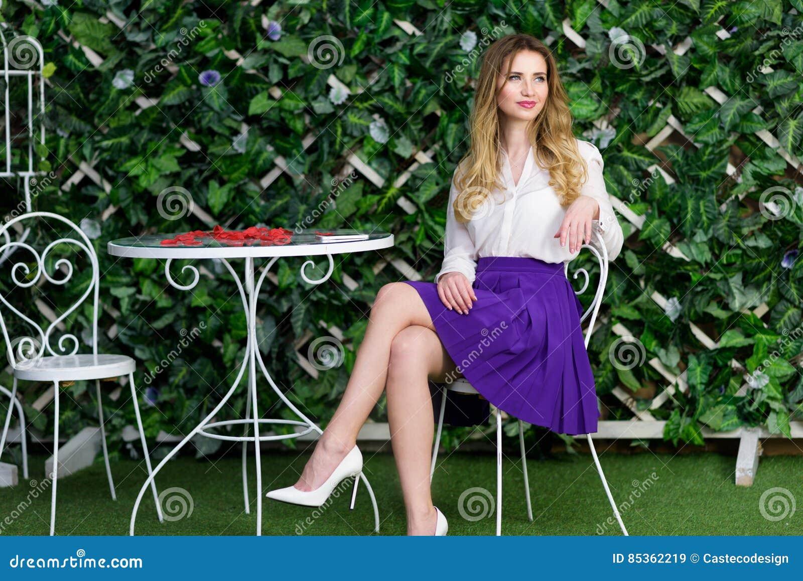 Blondynki dziewczyny portret w plenerowej kawiarni