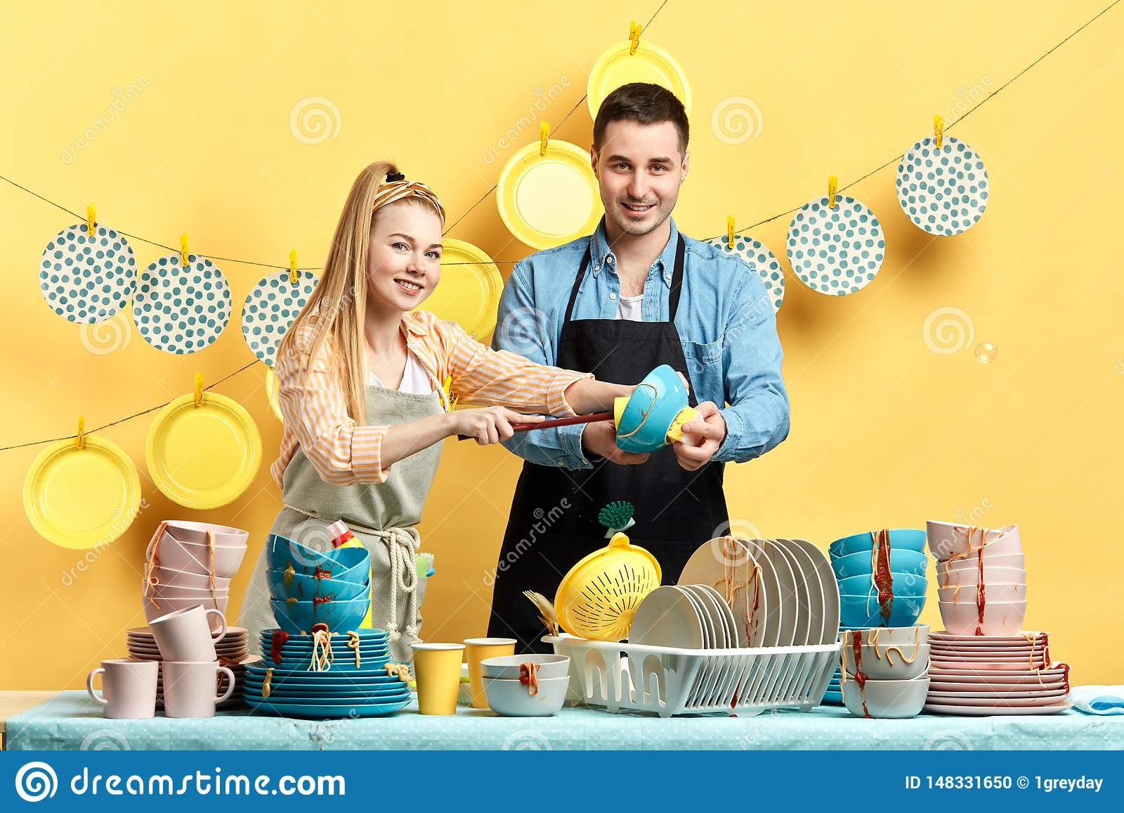 Blondynki gospodyni domowa i jej mąż bierze udział w konkursie