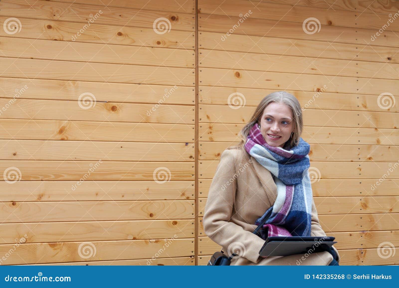 Blondynki kobiety mienia piękna pastylka plenerowa