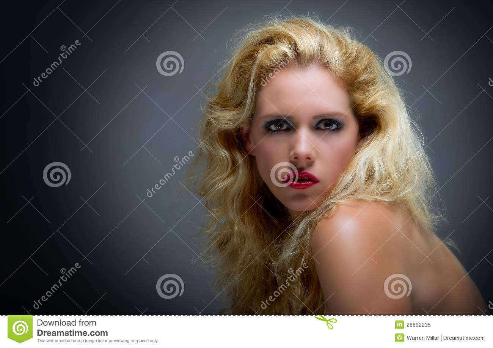 Blone piękna młoda kobieta