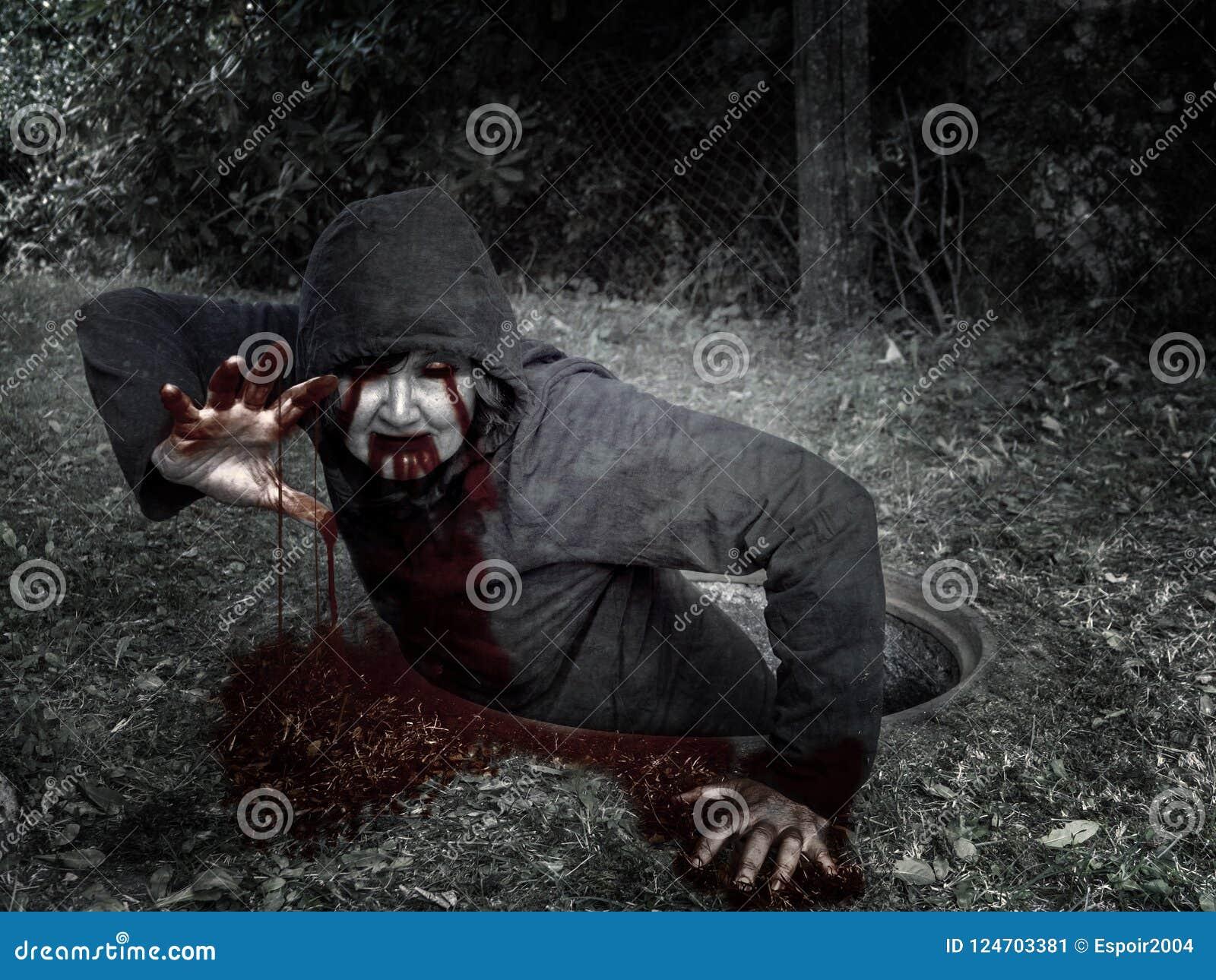 Bloodied zombie beklimt goed uit het riool