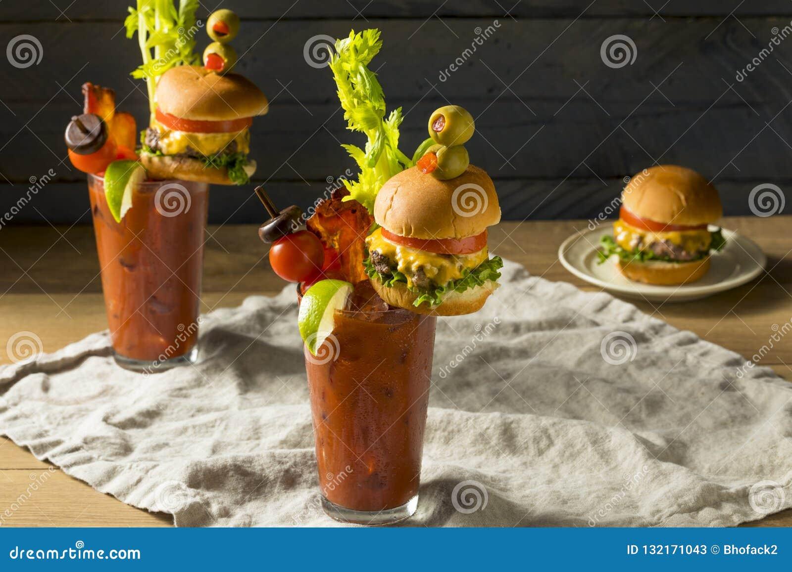 Bloody Mary gourmet gelado frio com um Hamburger