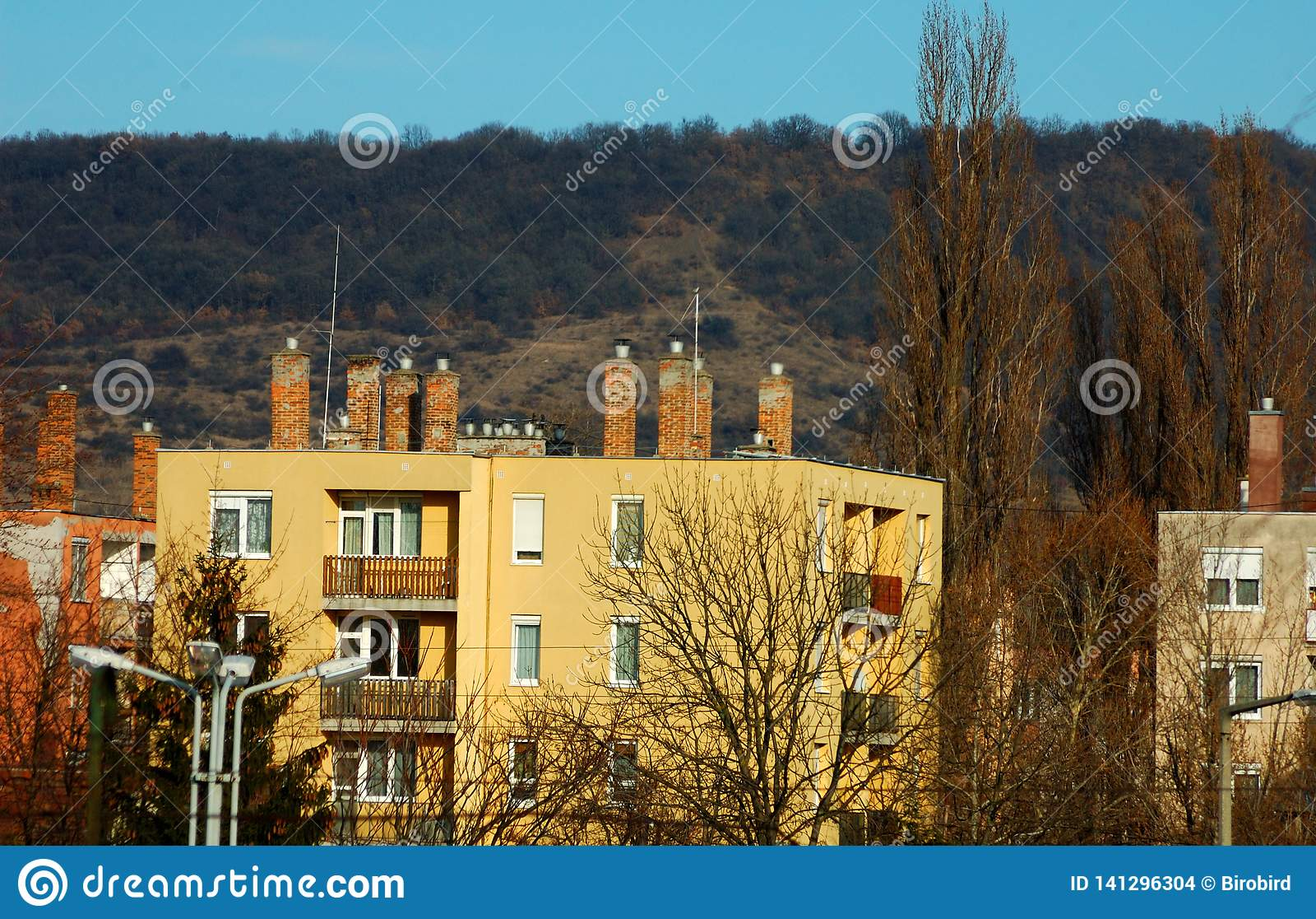 Bloque de viviendas delante de una montaña