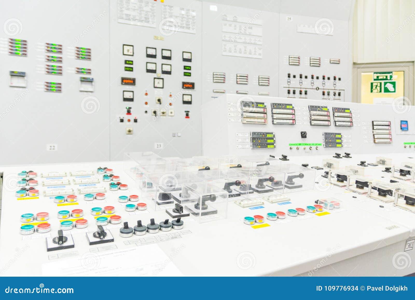 Bloquee el tablero de control del reactor de central nuclear
