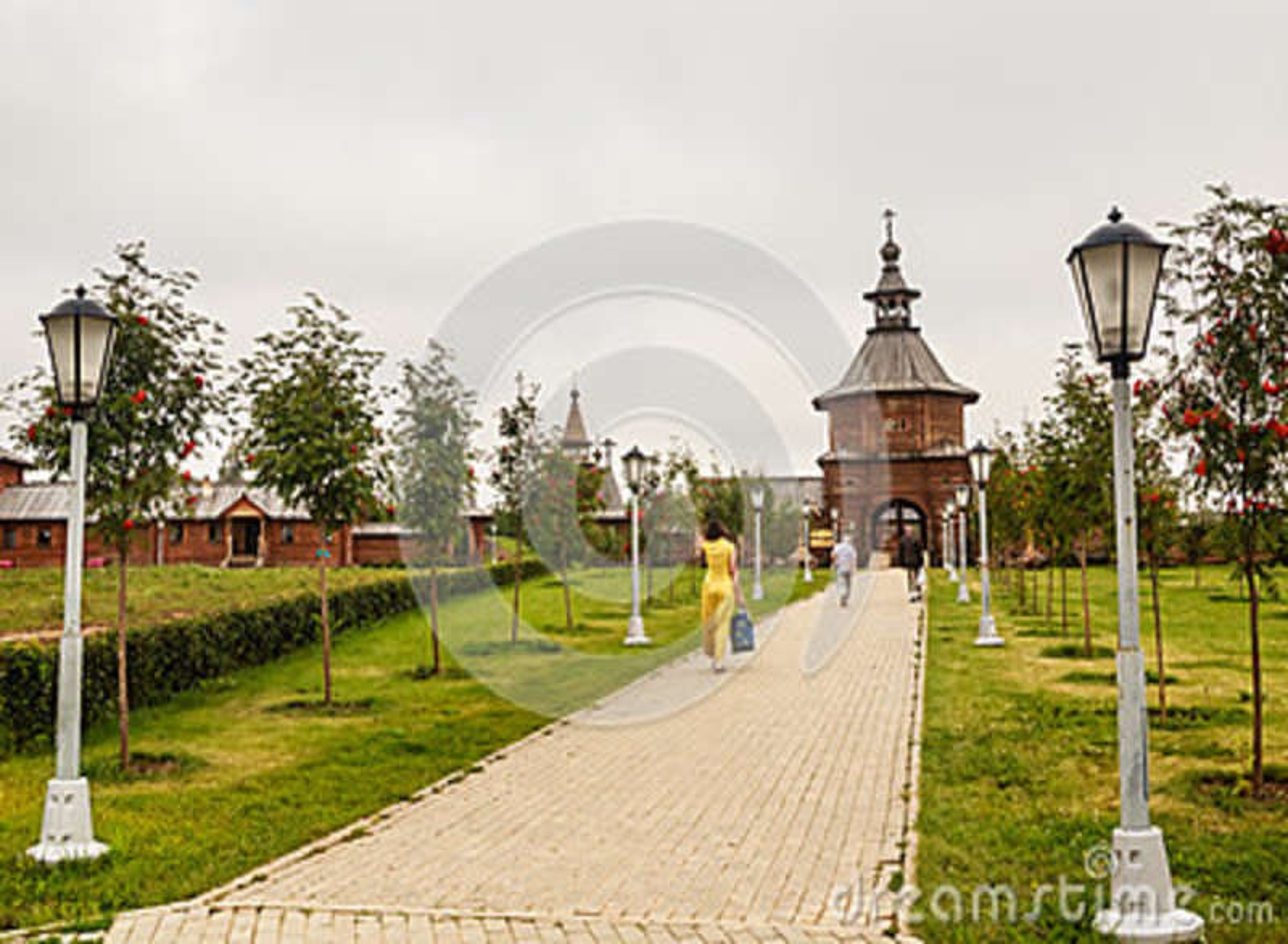 Bloquee la iglesia de madera en la entrada a la llave santa de Gremyachiy de la fuente