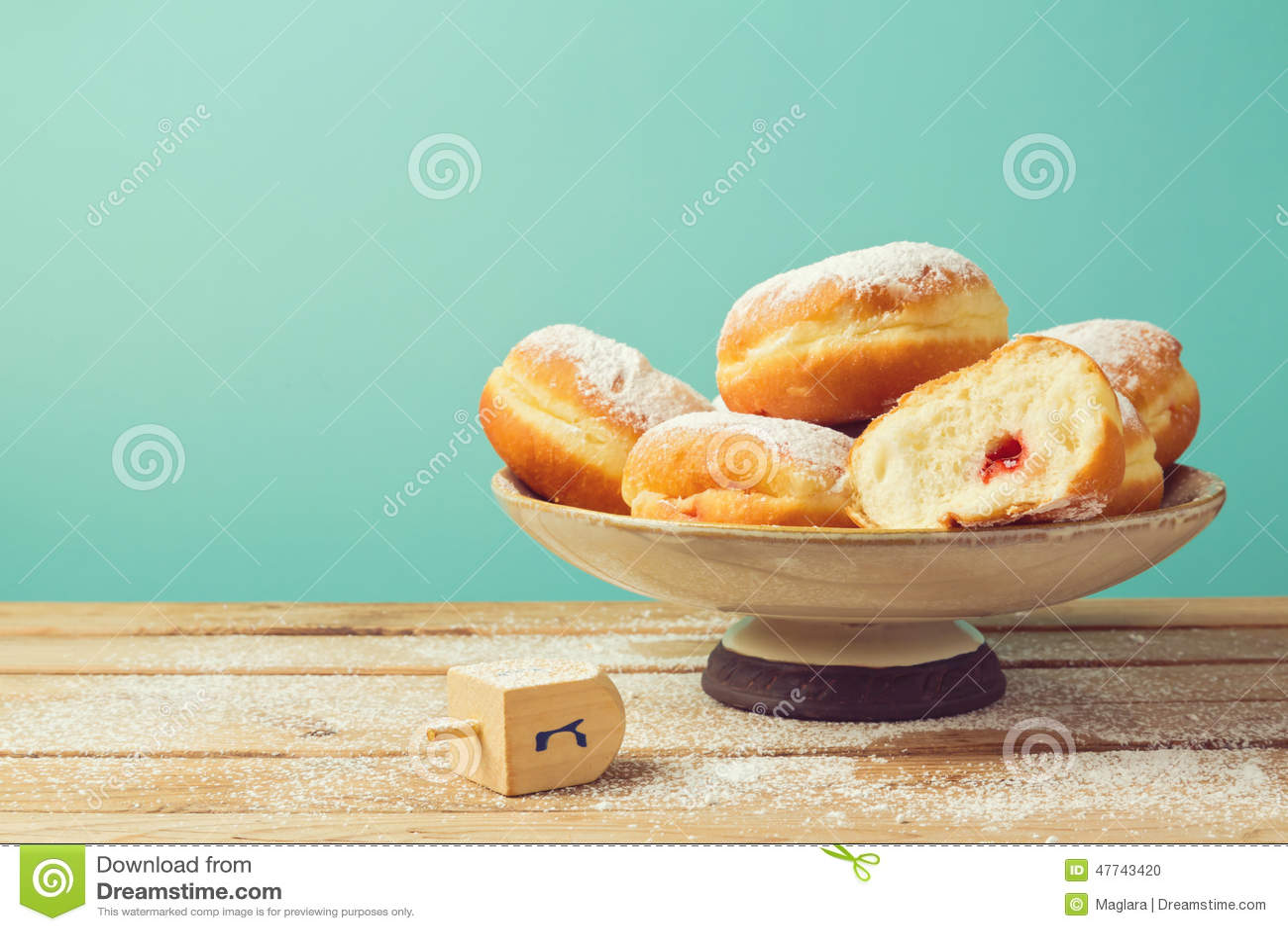 Bloquez les beignets avec du sucre glace pour la célébration de vacances de Hanoucca