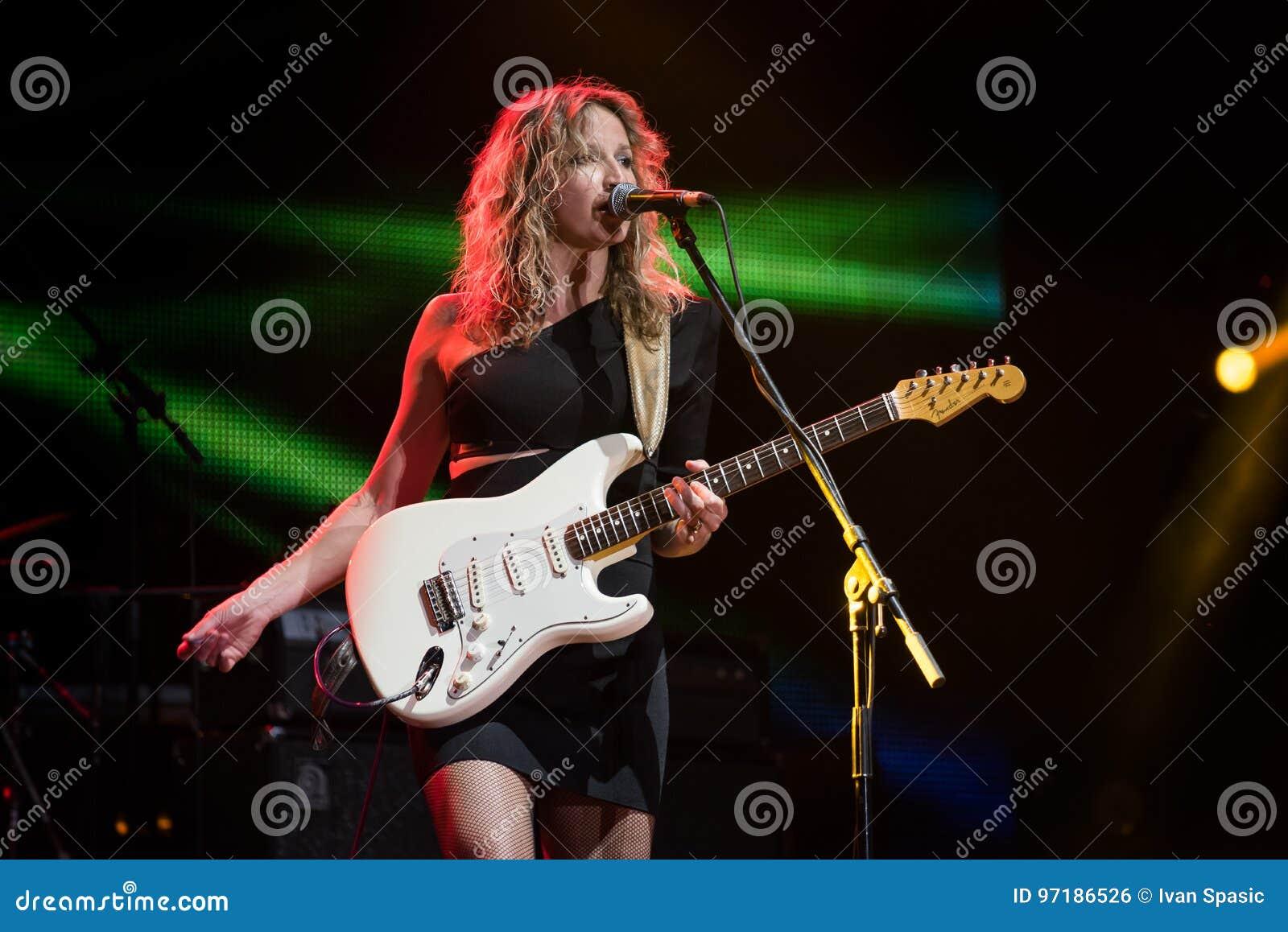 Blu chitarrista ed esecuzione di Ana Popovic del cantante in tensione al Fest dell arsenale, il 23 giugno 2017