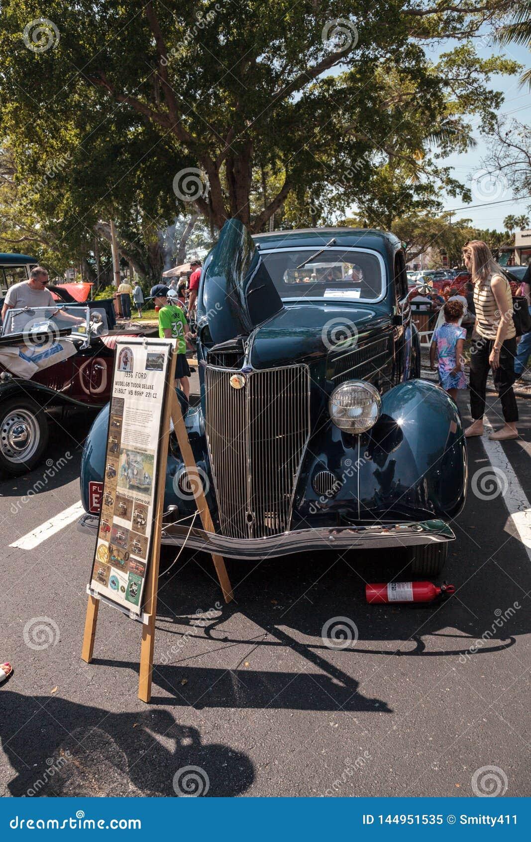 Blu Ford Model 1936 68 Tudor Deluxe al Car Show classico del trentaduesimo deposito annuale di Napoli