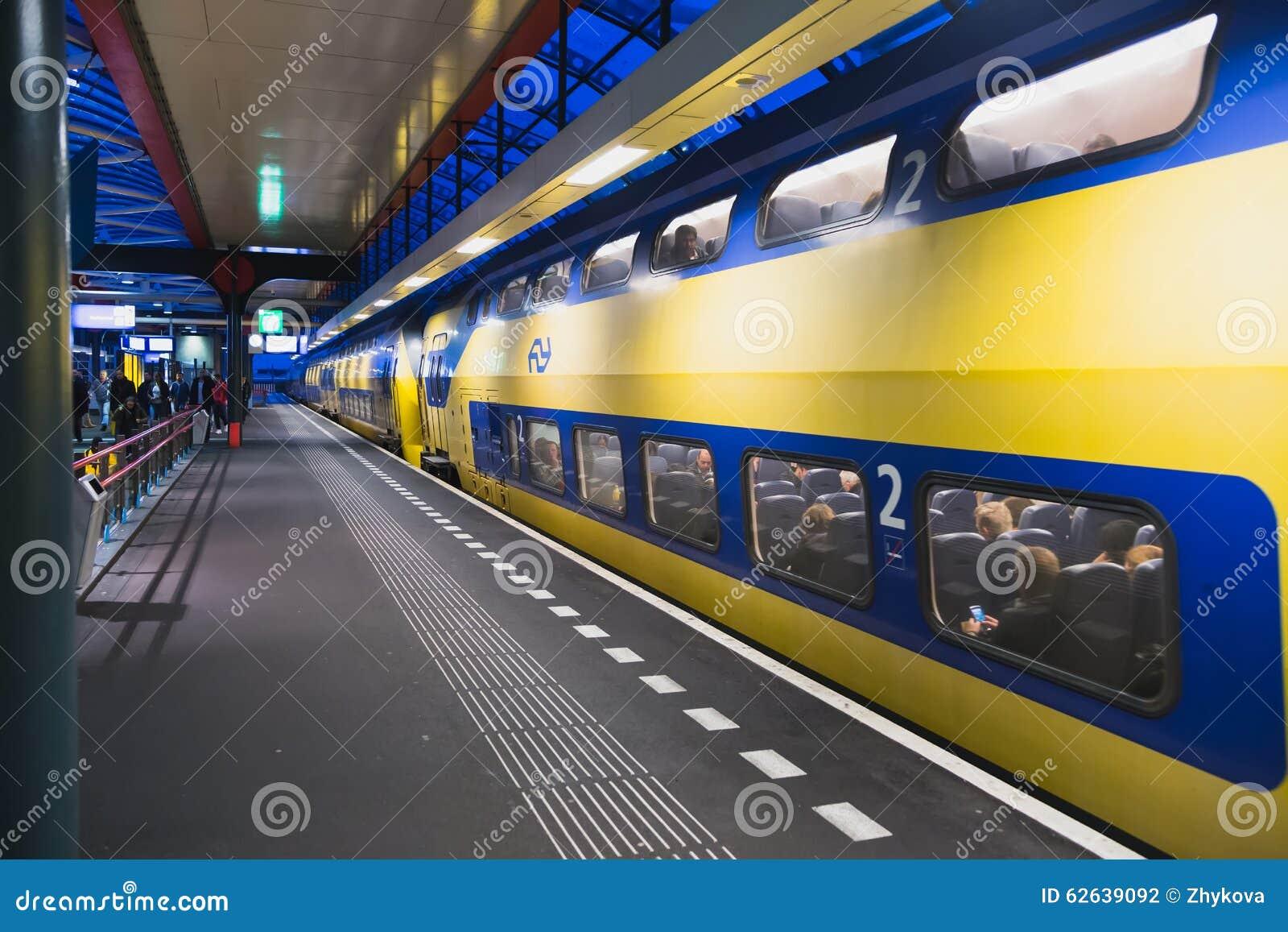 Blu giallo del treno dell 39 autobus a due piani fotografia for Prezzi del garage a due piani