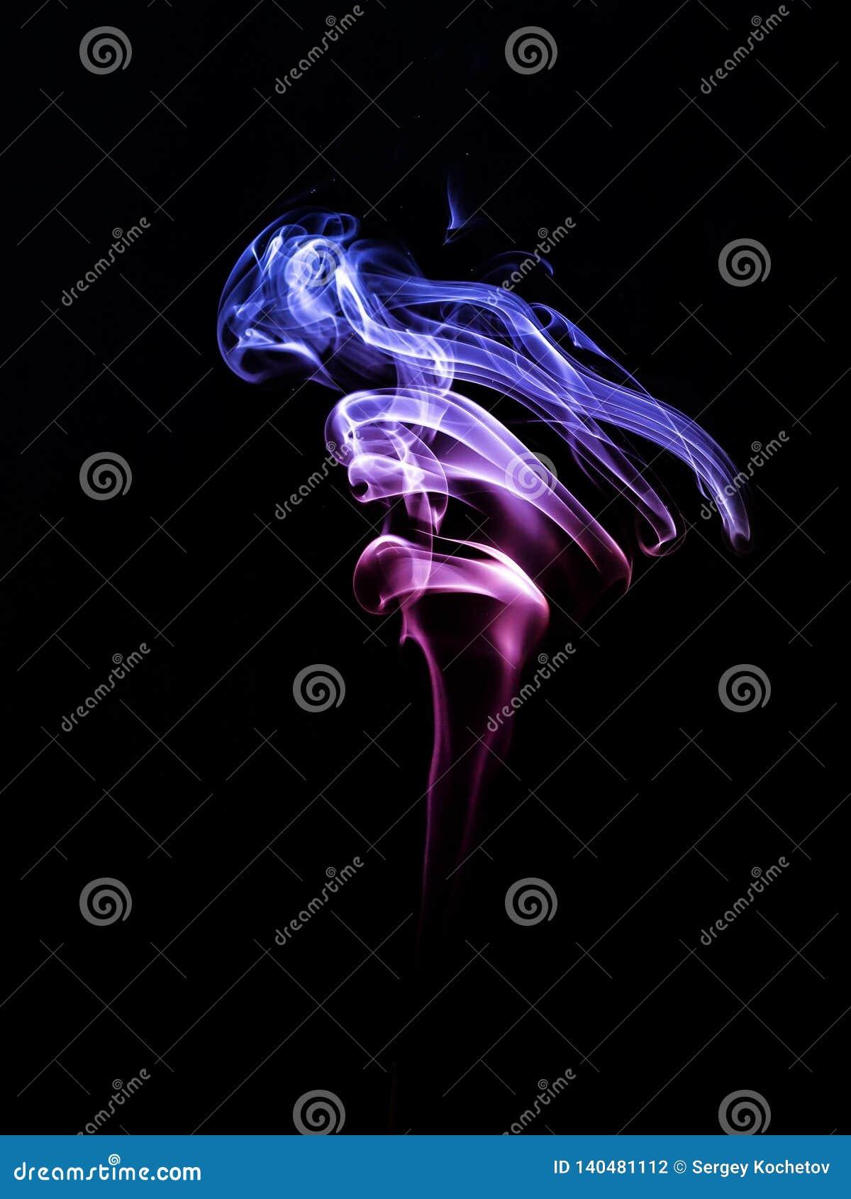 Blu rosso del fumo su un fondo nero sottragga la priorità bassa