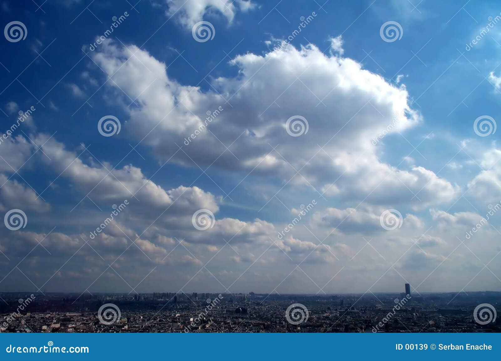 Blue över den paris skyen