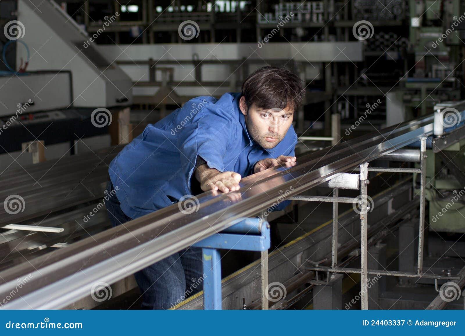 Job eines Metallbauers: Prüfen eines Metallbauteils