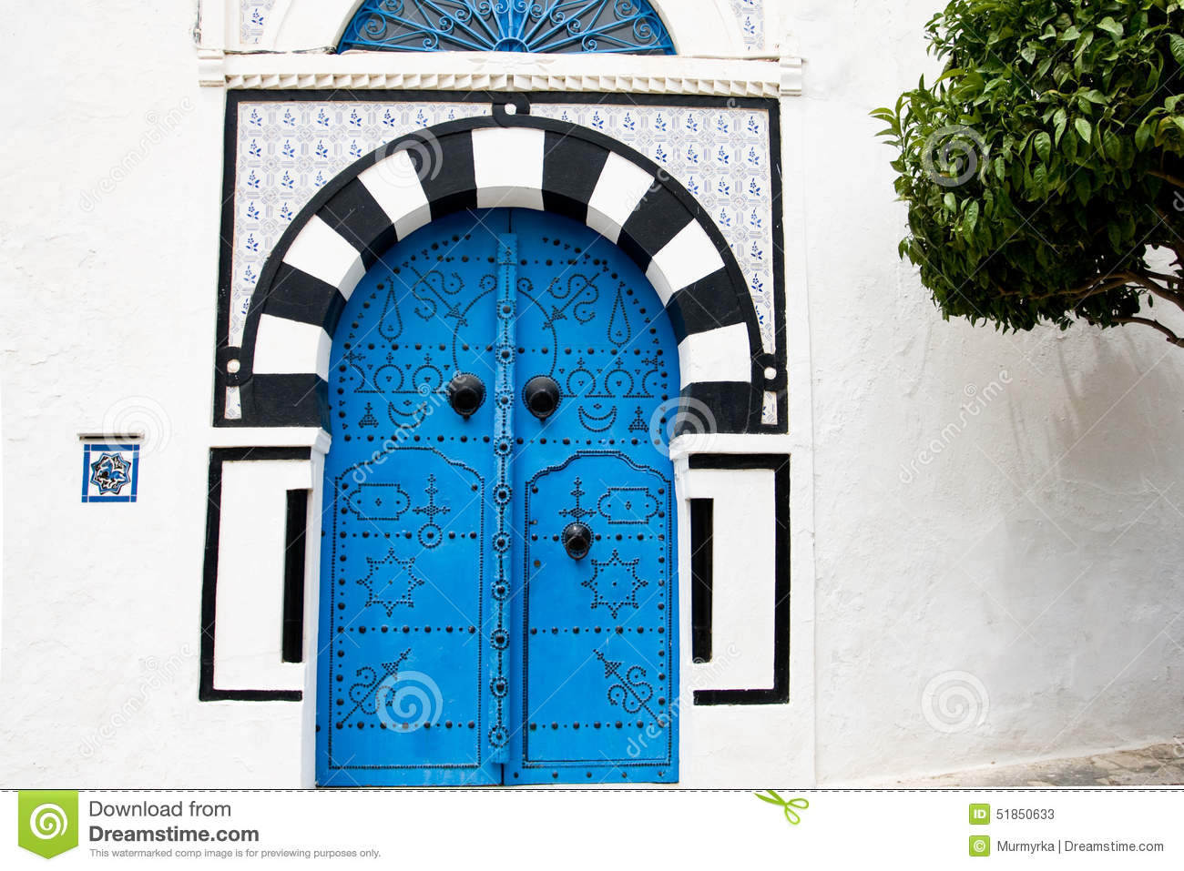 Blue doors and white wall of building in sidi bou said for Decoration porte sidi bou said