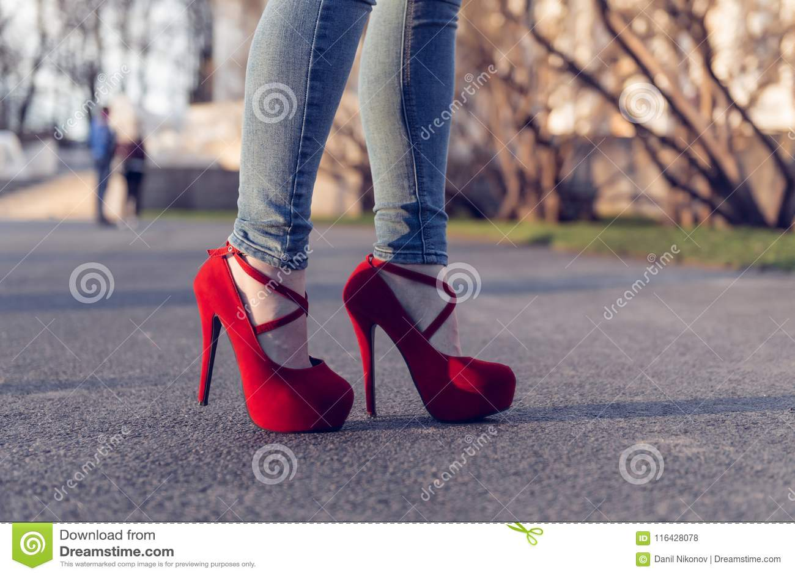 separation shoes bd3fc 6cfca Blue Jeans D'uso Della Donna E Scarpe Rosse Del Tacco Alto I ...