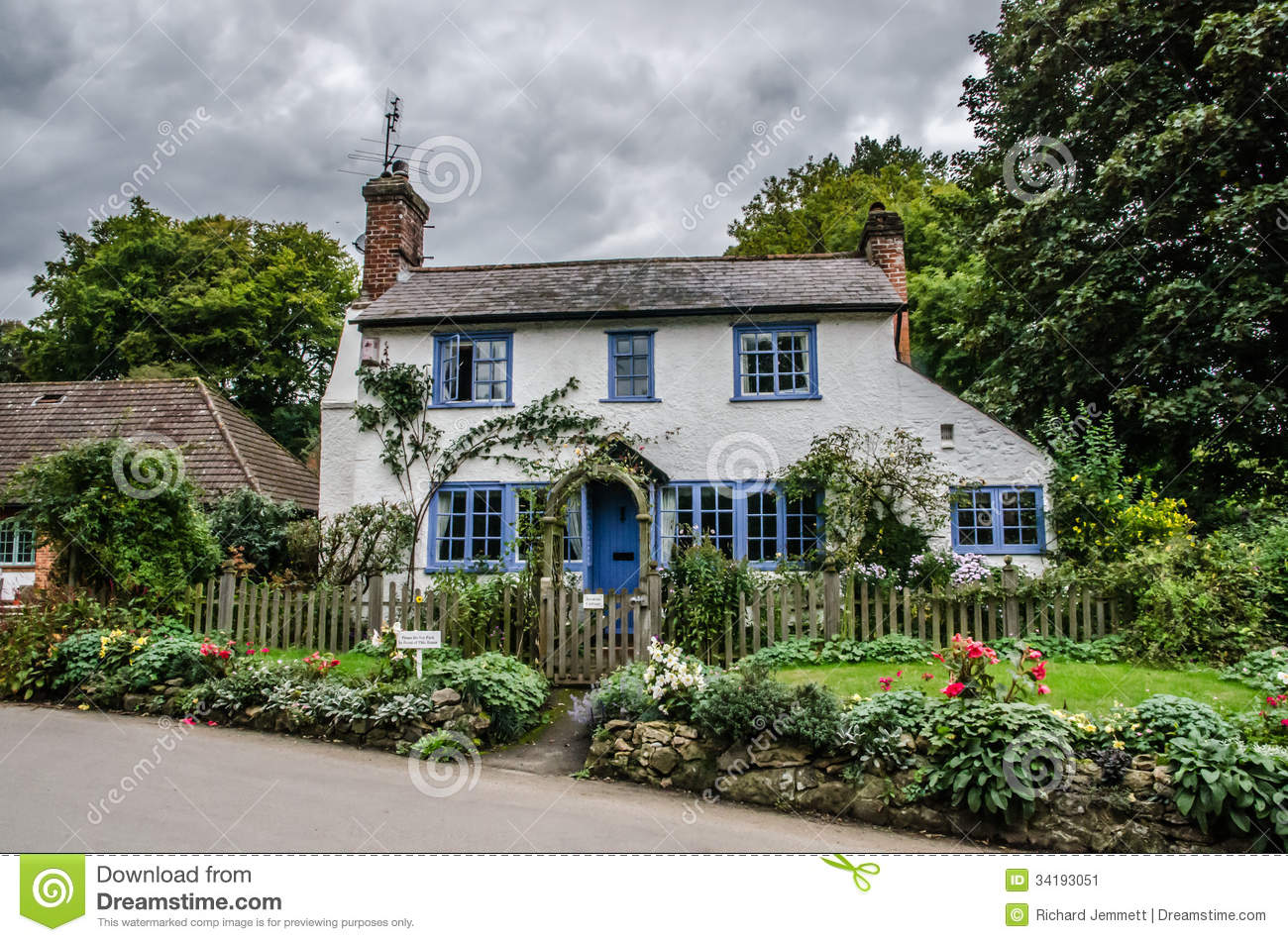 Blue and white traditional english cottage stock image for Cottage anglais