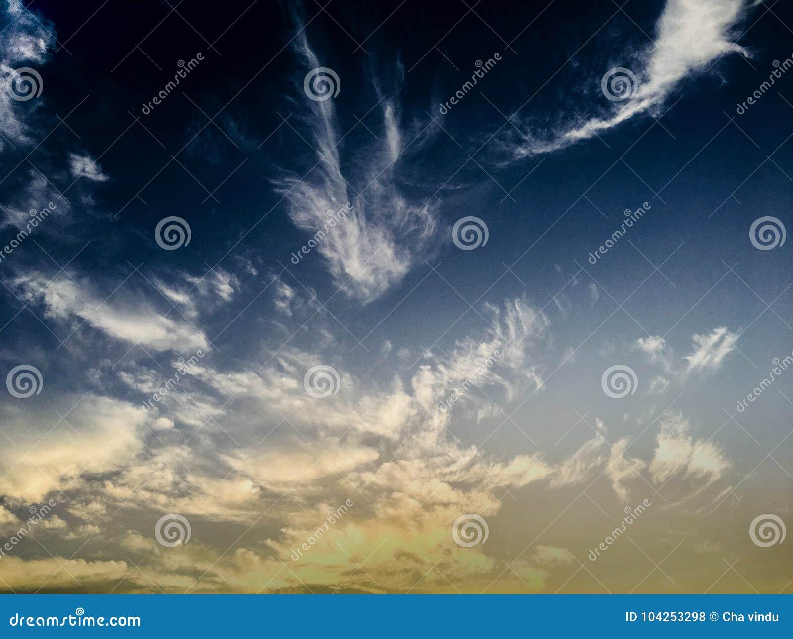 Bluen clouds skyen