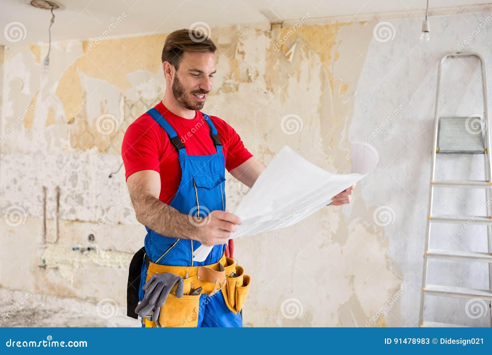 Blueprnts de watchig de bricoleur des rénovations à la maison