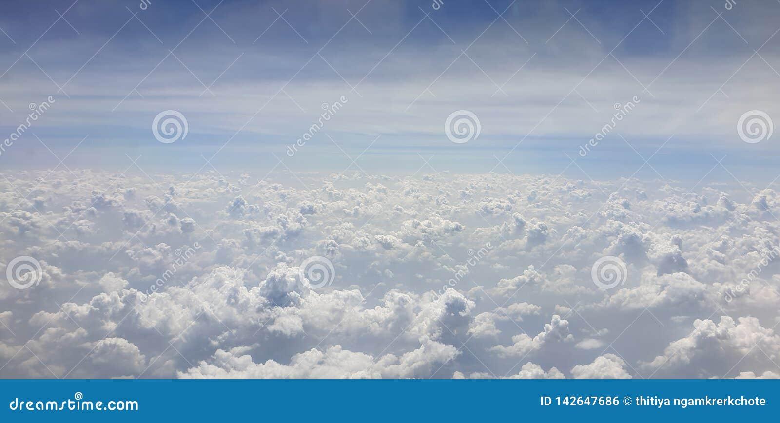 Bluesky bewolkt van de wolkenhemel