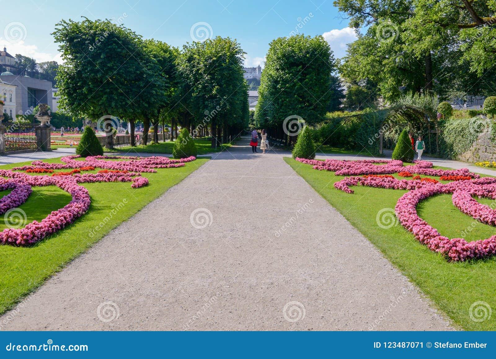 Blumen blühen am Mirabell-Palast-Garten in Salzburg, Österreich