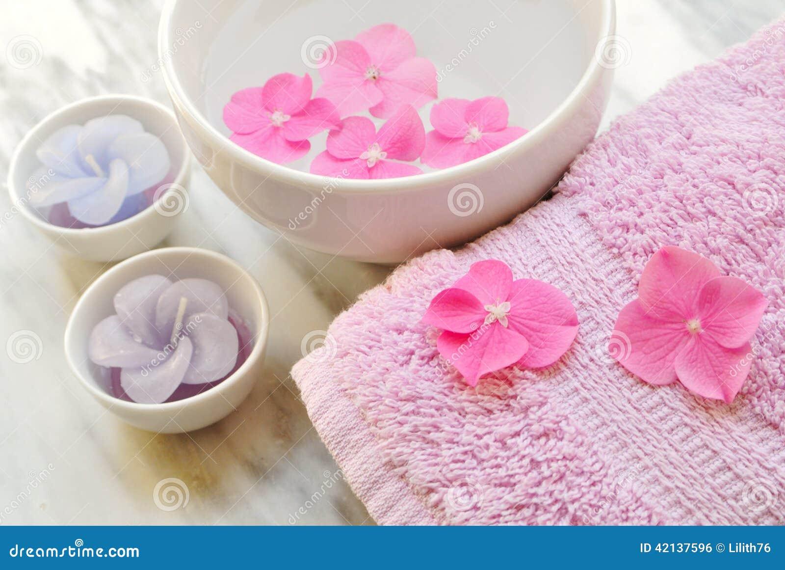 blumen in einem wasser rollen mit einer kerze und einem tuch stockfoto bild 42137596. Black Bedroom Furniture Sets. Home Design Ideas
