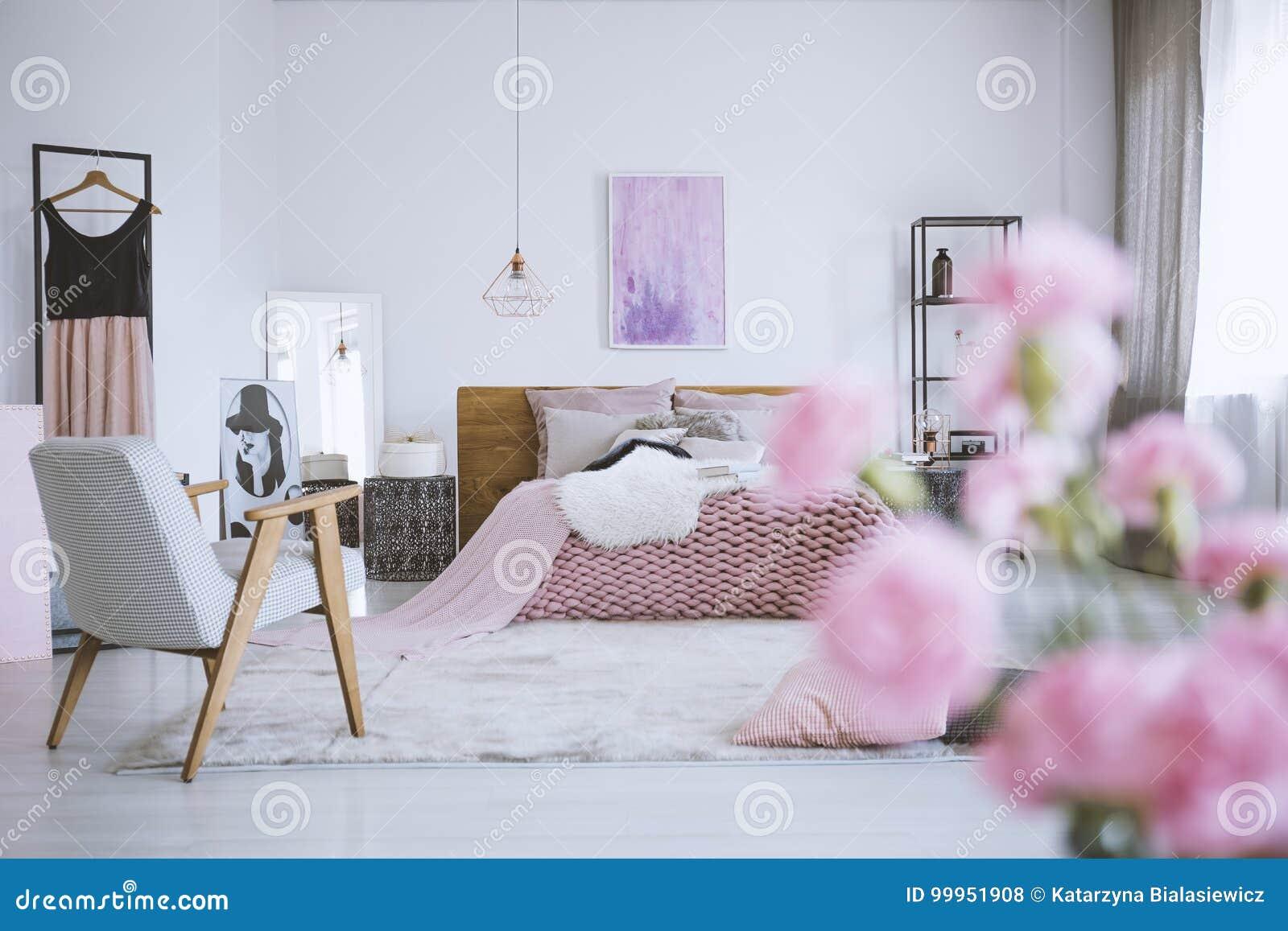 Blumen Im Schicken Rosa Schlafzimmer Stockfoto - Bild von anstrich ...