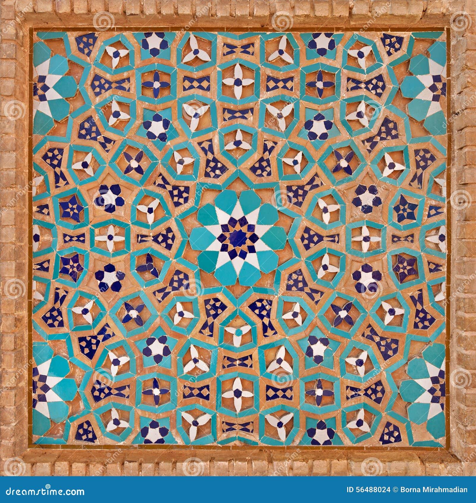 Blumen-Motiv im islamischen iranischen Muster gemacht von den Fliesen und von den Ziegelsteinen