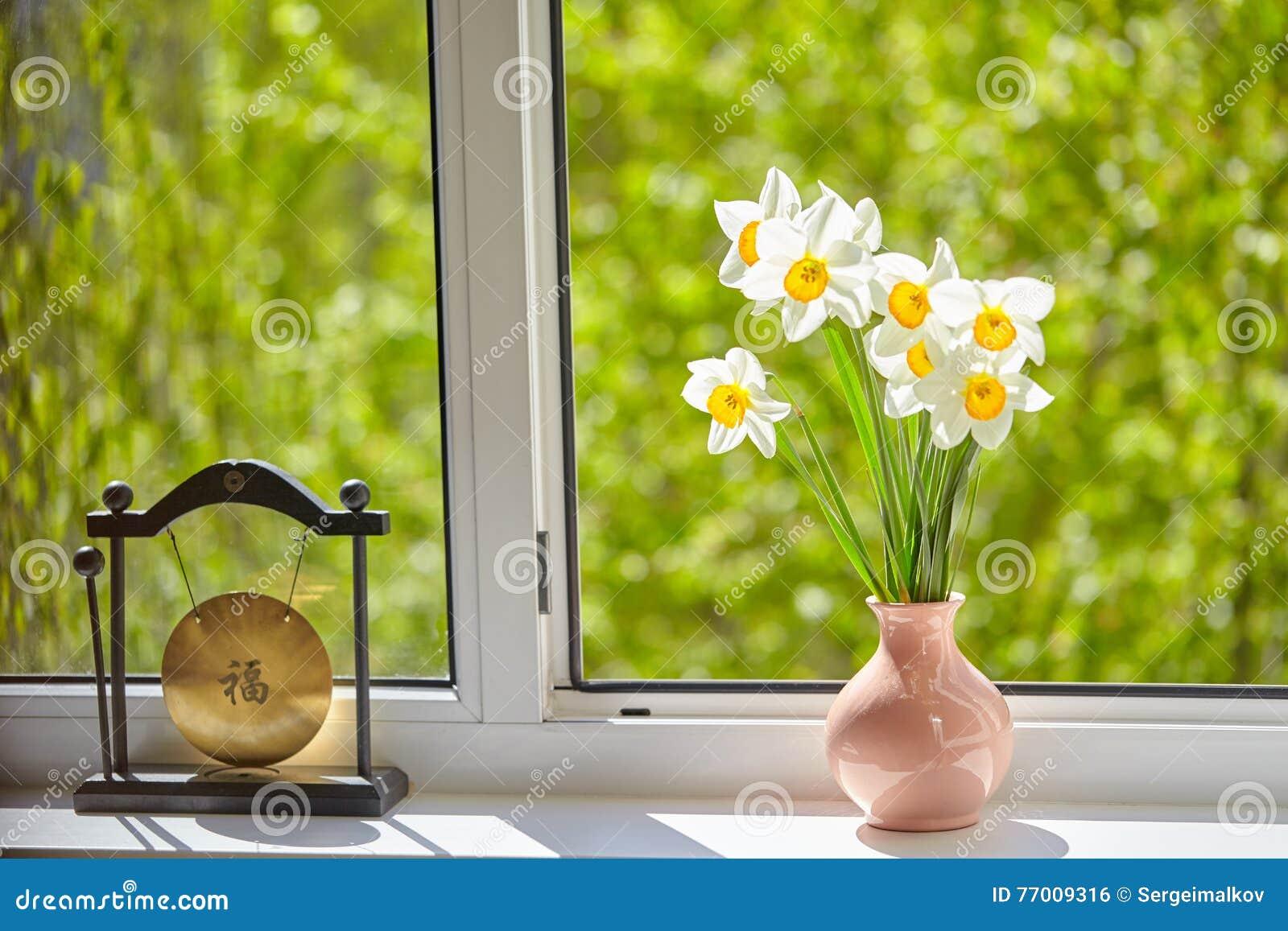 Blumen Narzissen Auf Dem Fenster Stockfoto Bild Von Dekoration