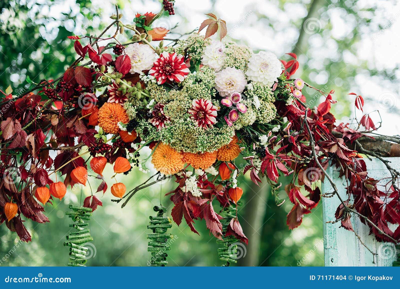 Blumen Schmücken Die Hochzeitszeremonie Stockfoto Bild Von