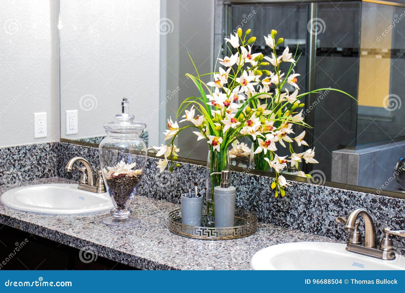 Blumen U. Badezimmer-Einzelteile Stockfoto - Bild von reflexion ...