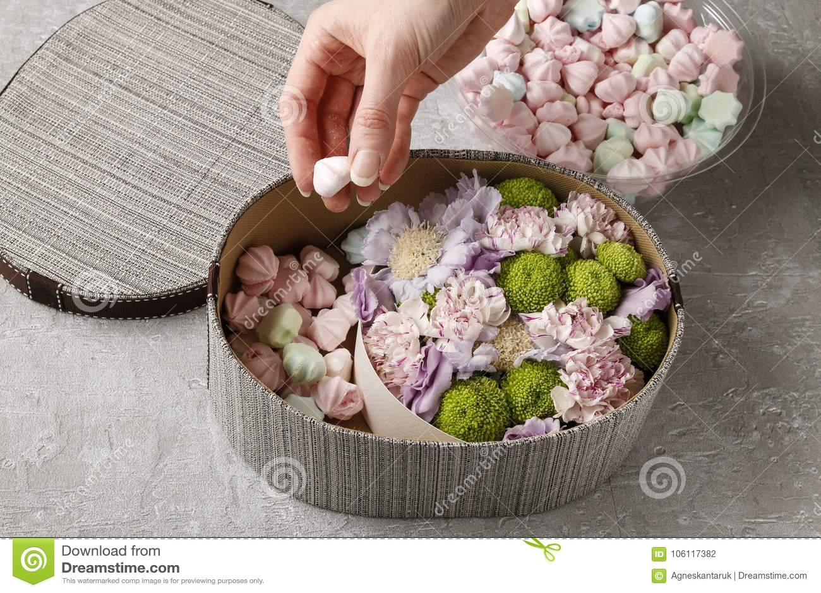 Blumen und Bonbons im Karikaturkasten - wie man entzückendes Geschenk, s macht