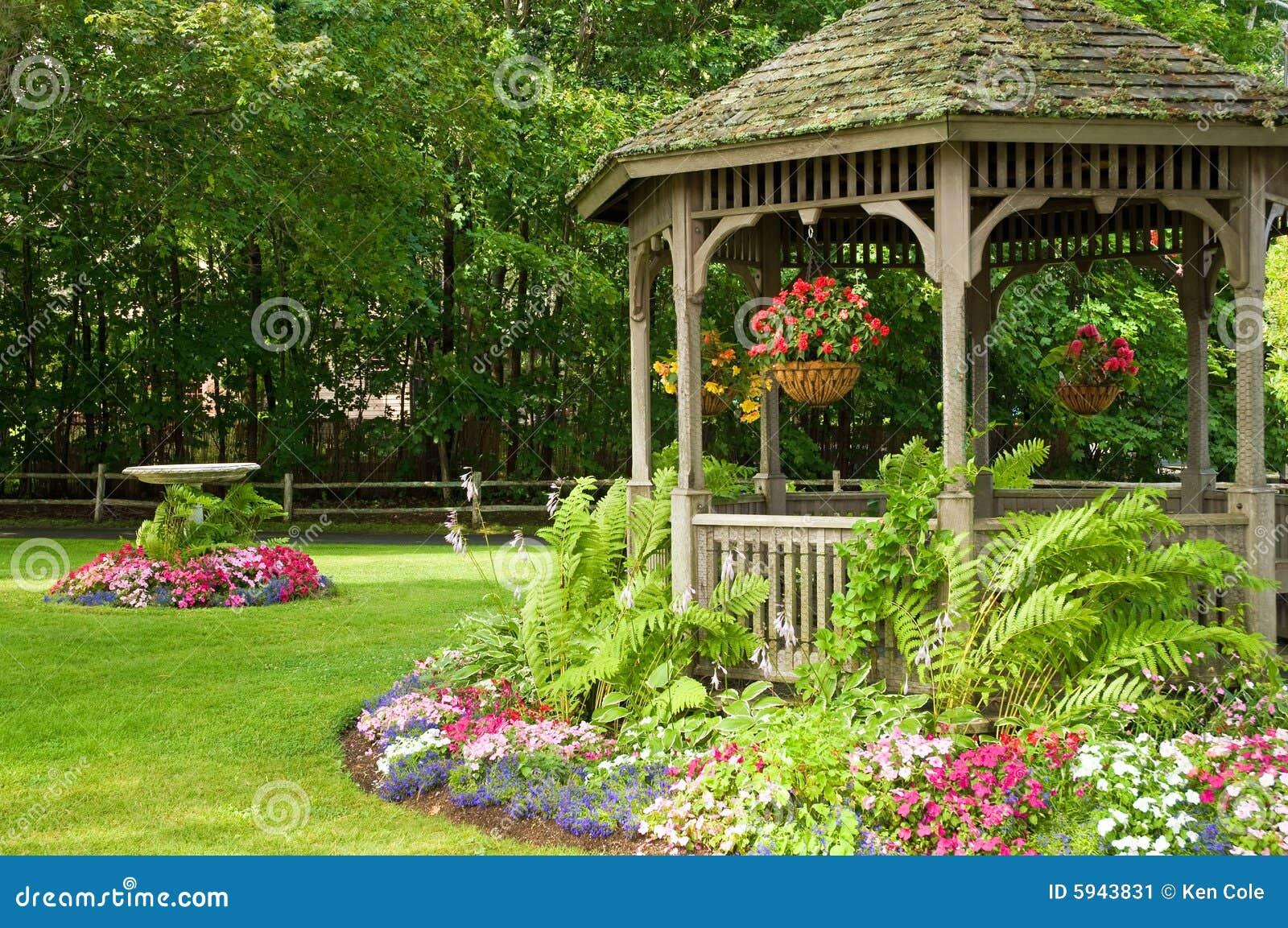 Blumen und Gazebo im Park
