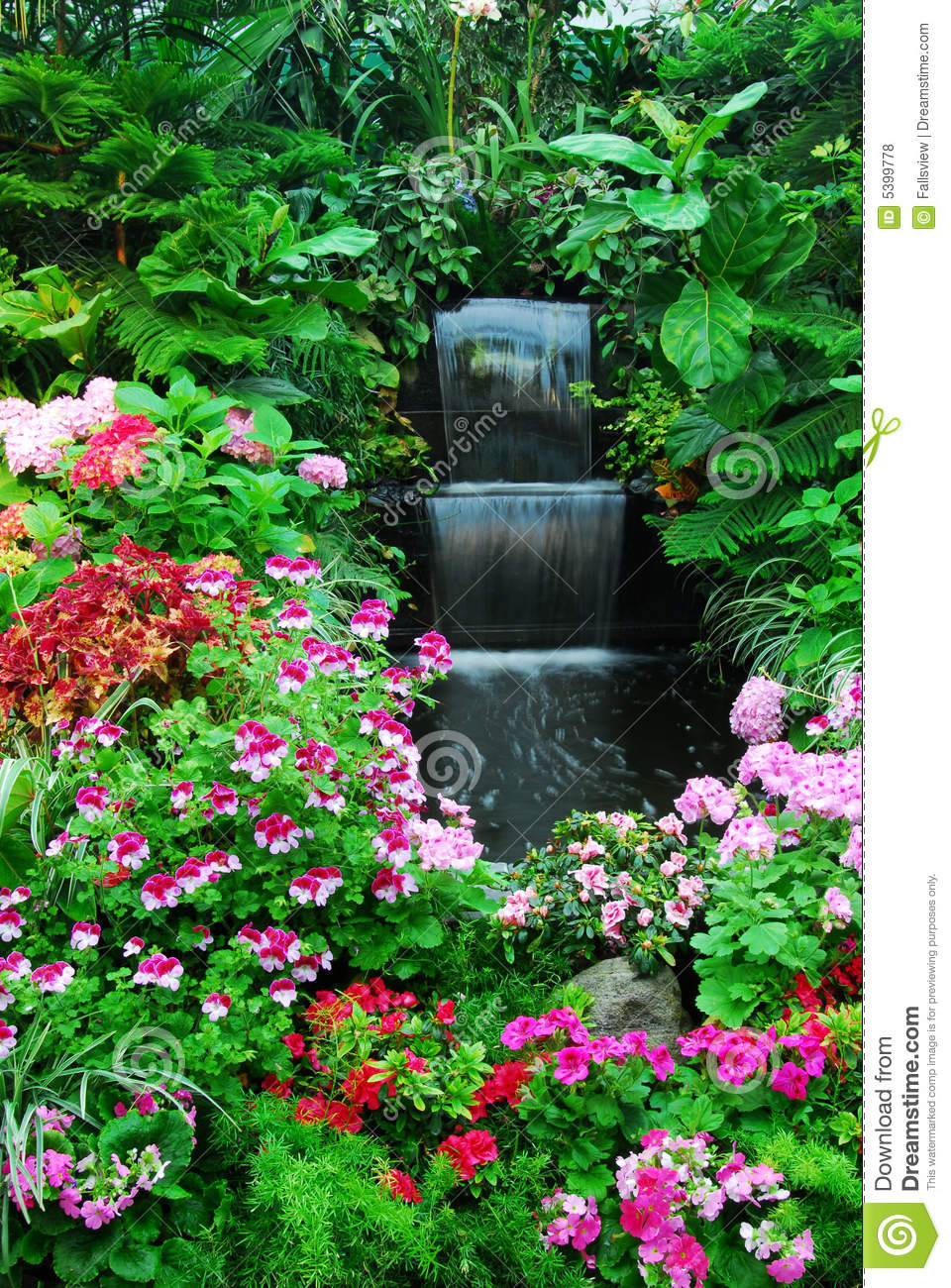 blumen wasserfall im garten stockfoto bild von. Black Bedroom Furniture Sets. Home Design Ideas