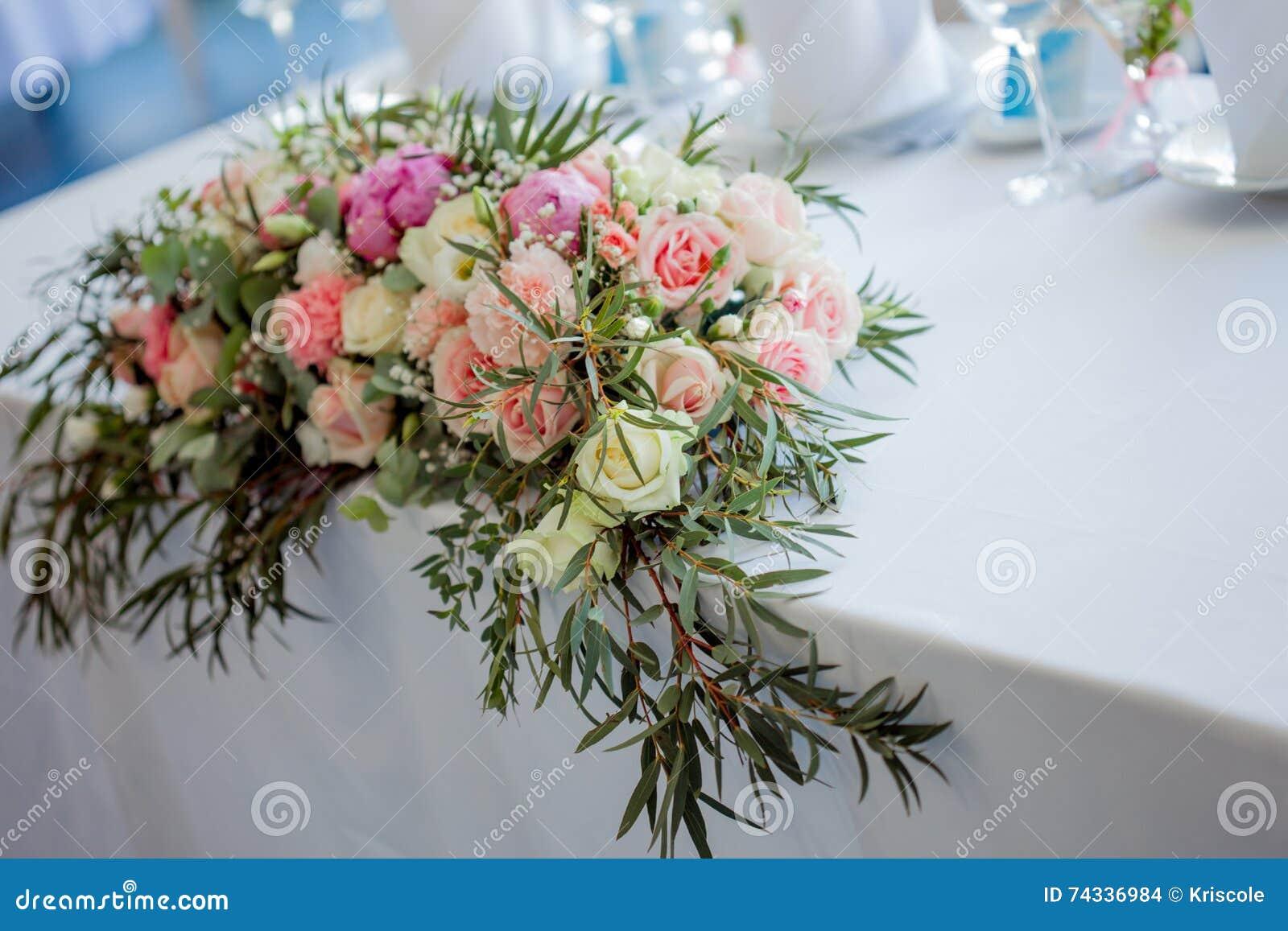 Blumenanordnung Auf Dem Tisch Blumen Und Weisse Tischdecke Hochzeit