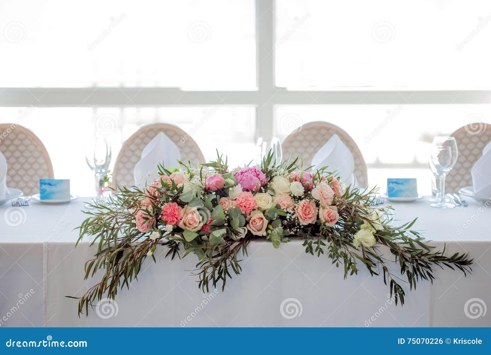 Blumenanordnung Auf Dem Tisch Blumen Und Weiße Tischdecke Hochzeit