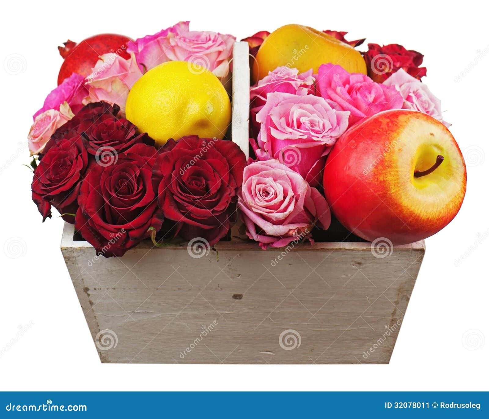 Blumenanordnung für rote Rosen und Früchte in hölzernem Korbisolator