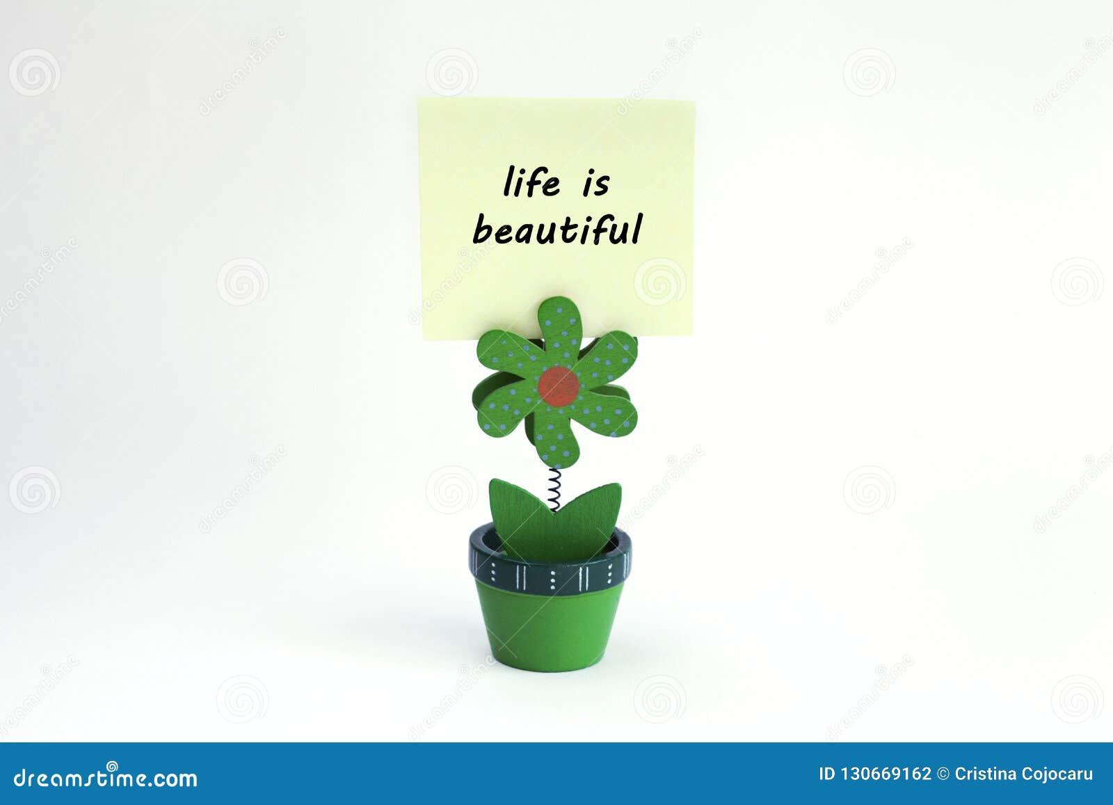 Blumenfotoclip mit dem Leben ist die schöne Mitteilung, die auf Post-It geschrieben wird