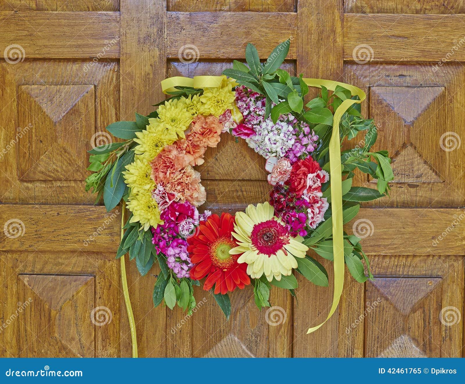 Blumenkranz, der an der Holztür hängt
