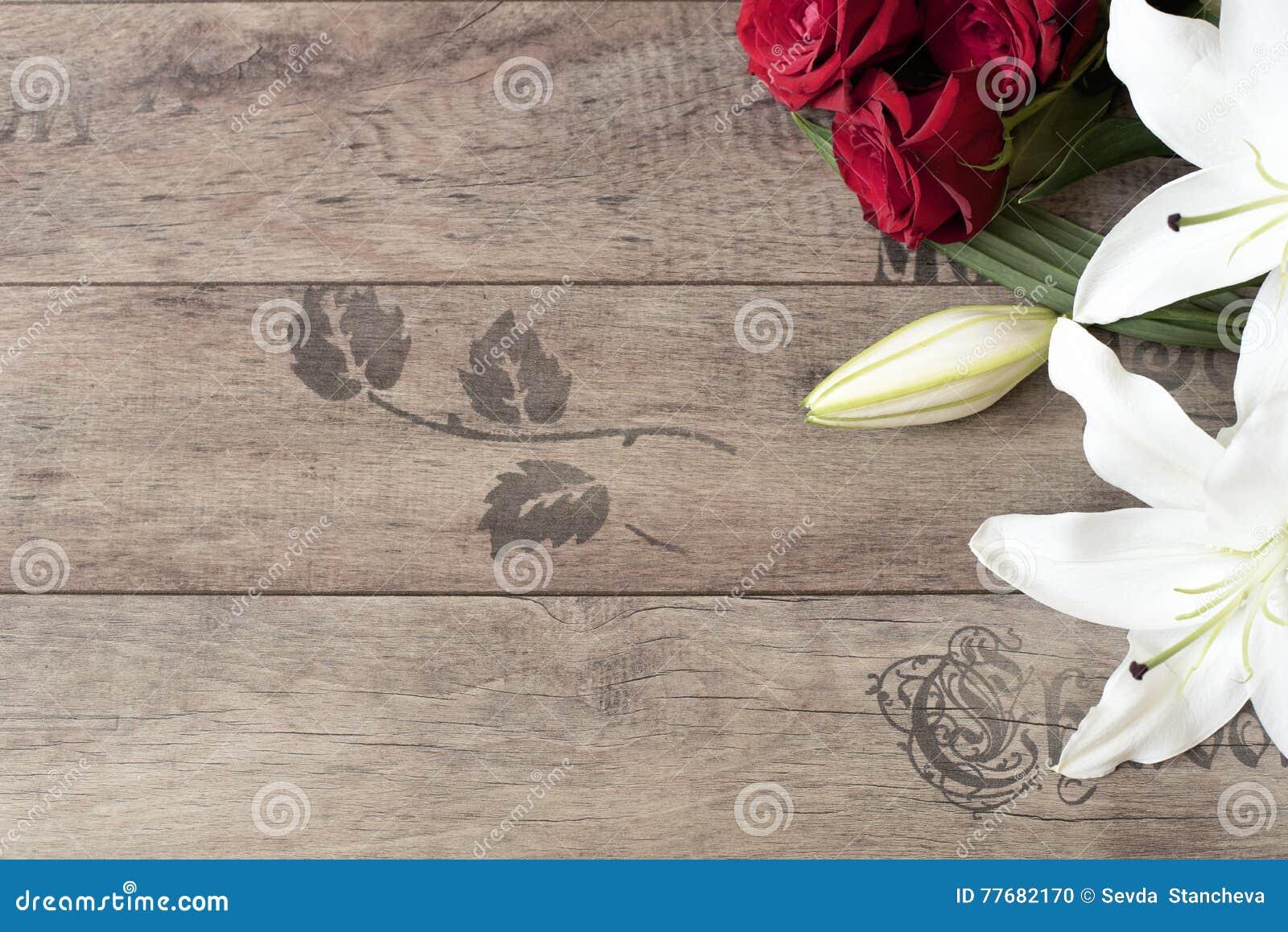 blumenrahmen mit wei en lilien der bet ubung und roten rosen auf h lzernem hintergrund kopieren. Black Bedroom Furniture Sets. Home Design Ideas