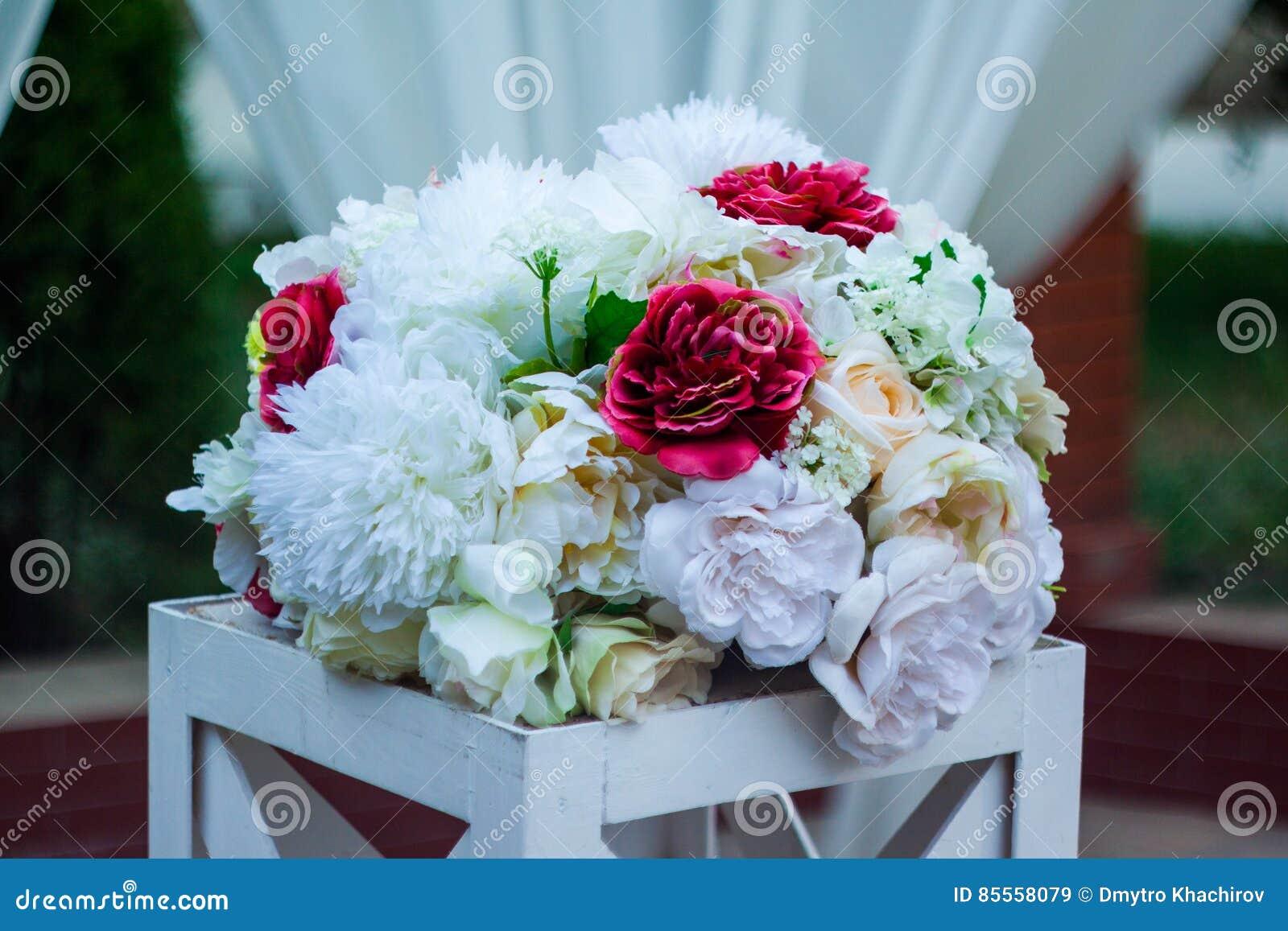 Blumenstrauß von künstlichen Blumen