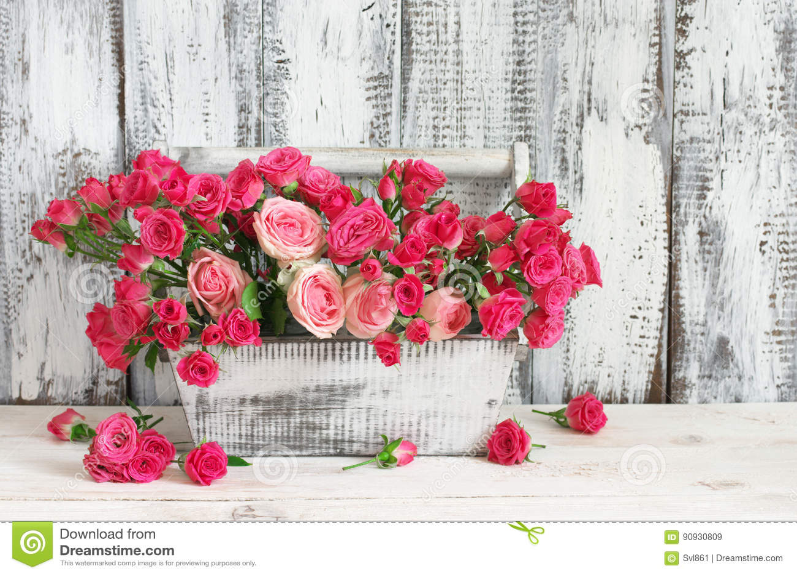 Blumenstrauß von rosa Rosen im Kasten