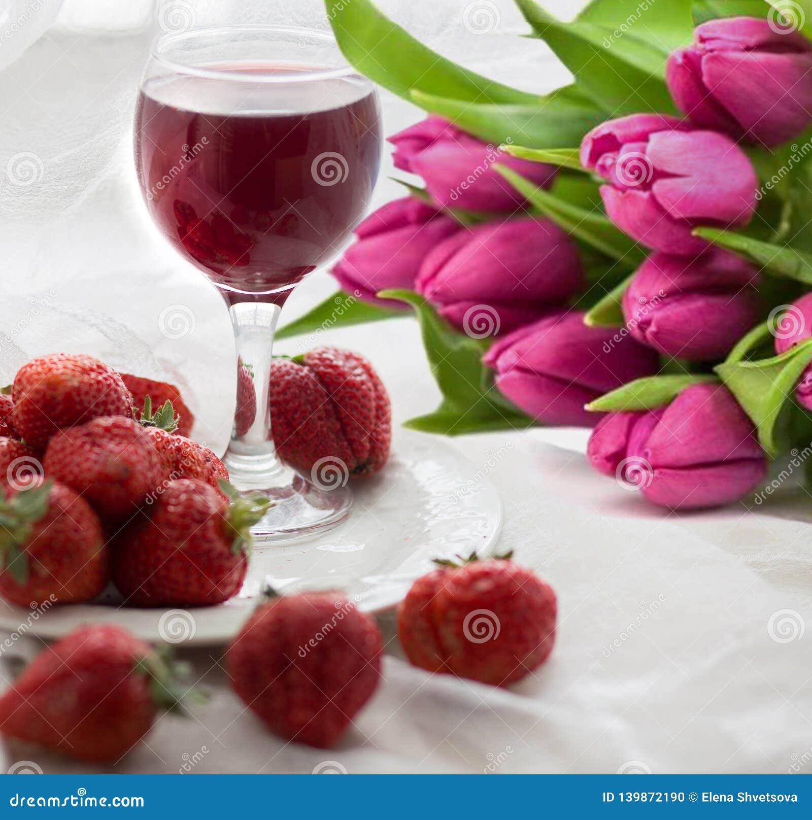 Blumenstrauß von Tulpen, von Erdbeere und von Wein