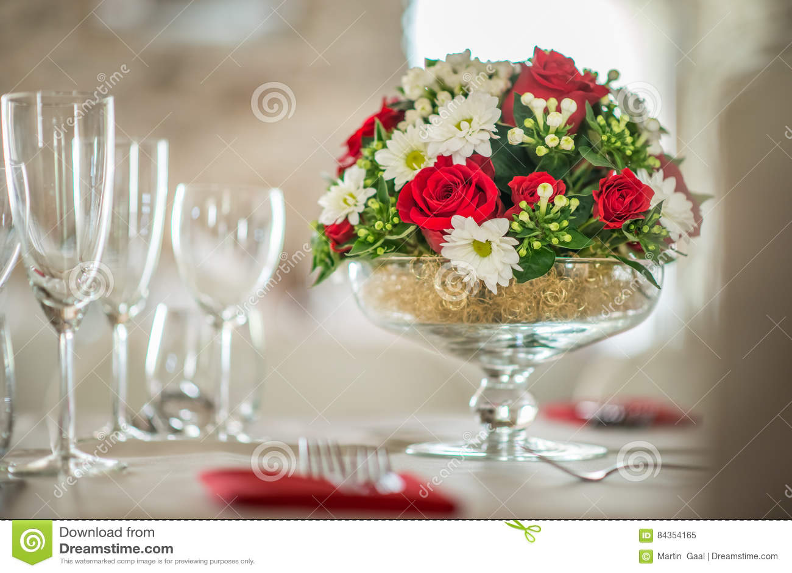 Blumentabellenmittelstuck Mit Roeses Und Ganseblumchen