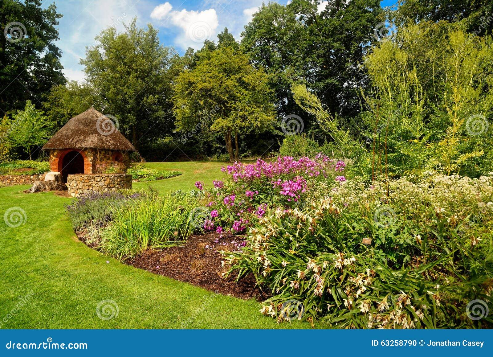 Download Blumige Englische Garten Szene Mit Kleiner Hütte Stockfoto   Bild  Von Englisch, Vielleicht