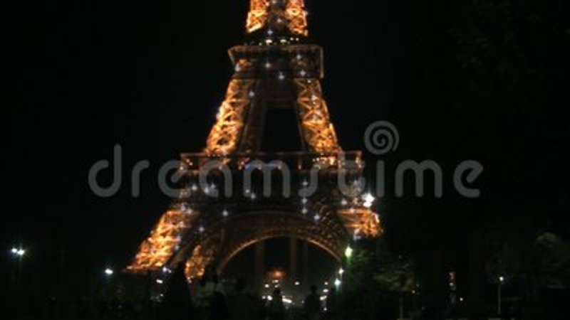 blur to focus from the eiffel tower at night with sparkling lights
