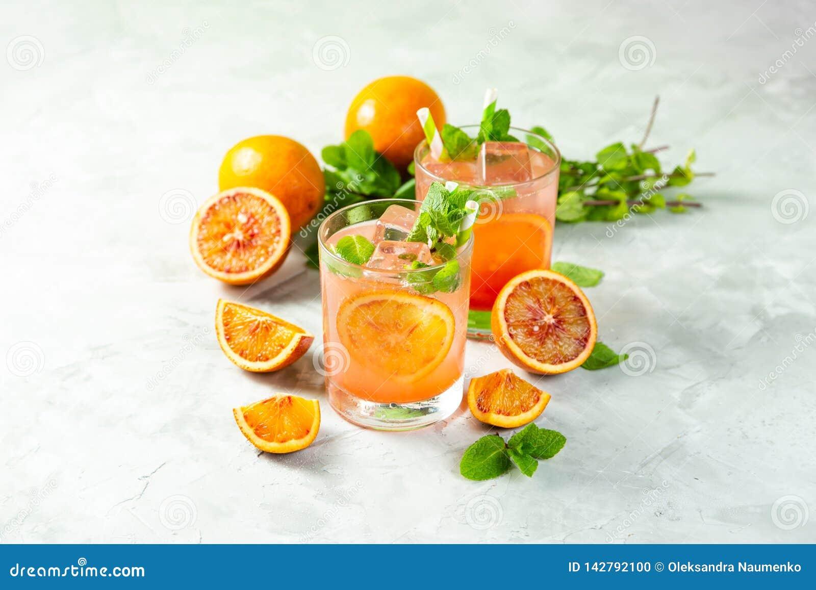 Blutiges Orangensaftgetränk und Bestandteile